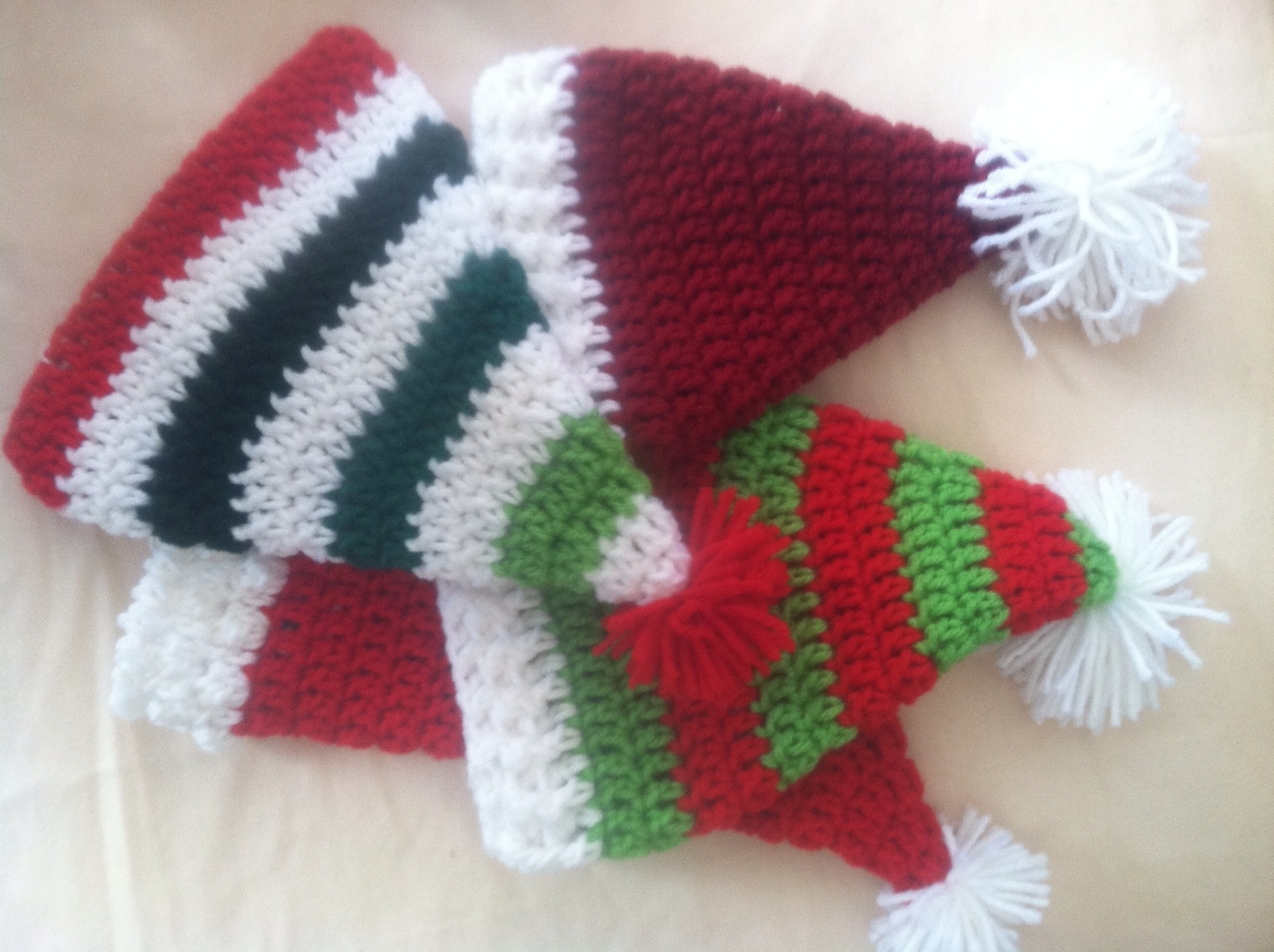Free Crochet Pattern Christmas : Santa hats crochet free pattern Family Bugs Blogging